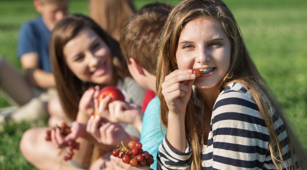 ragazze con fibrosi cistica fanno merenda all'aperto