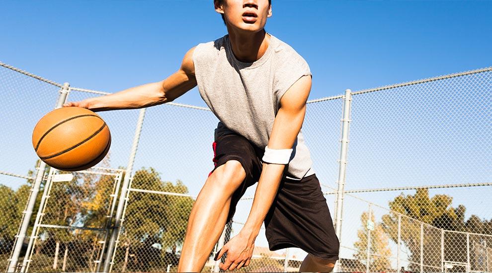 Ragazzo con fibrosi cistica gioca a basket all'aperto
