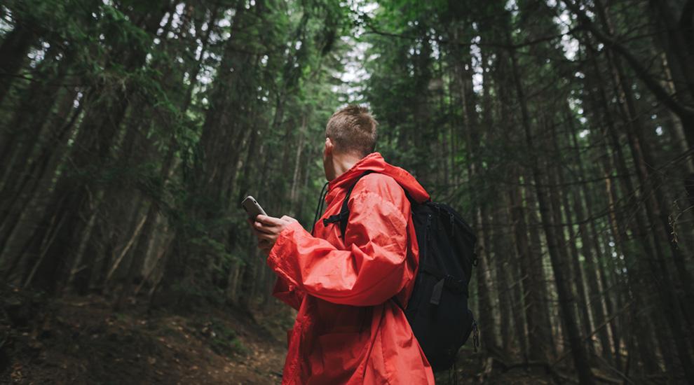 Ragazzo con fibrosi cistica perso nella foresta
