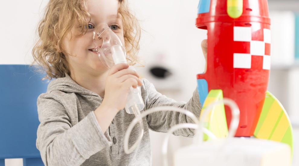 Bimbo con fibrosi cistica pratica la fisioterapia respiratoria già in tenera età