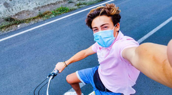 ragazzo con fibrosi cistica in bici d'estate