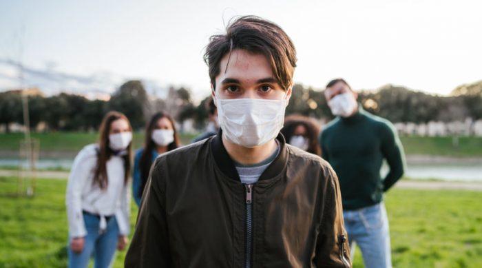 Ragazzo con fibrosi cistica con mascherina durante il covid-19