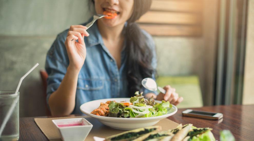 ragazza con fibrosi cistica mangia un'insalata