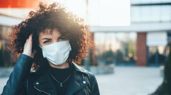 Ragazza con fibrosi cistica e mascherina